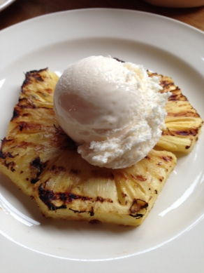 gegrilde ananas op de bbq met vanille ijs