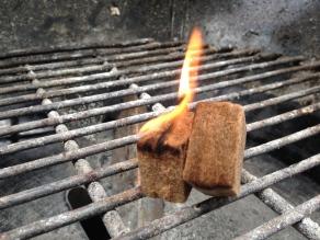 Steek twee aanmaakblokjes in brand