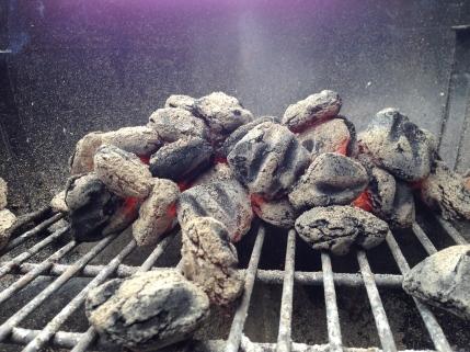 De kolen zijn pas klaar als er een aslaagje op verschijnt.