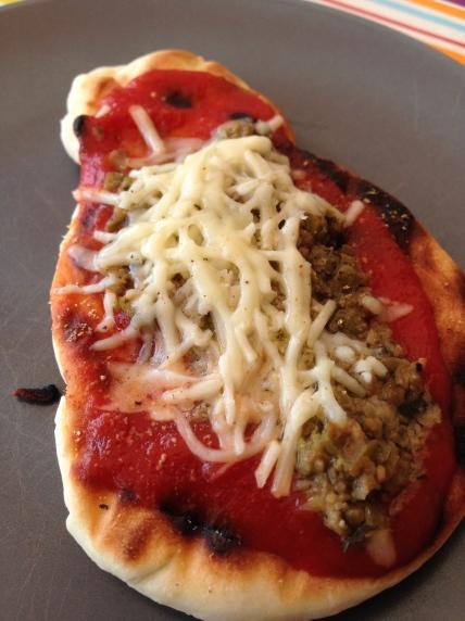 Eens de kaas gesmolten is zijn de pizza's klaar.
