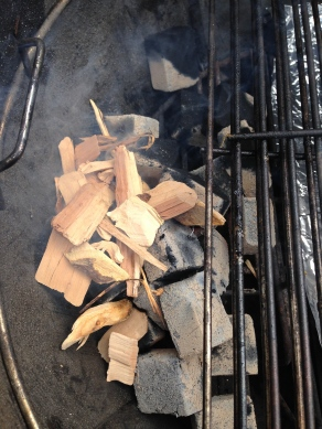 Gooi een handvol rookhout op de kolen