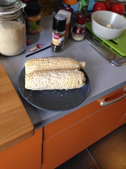 Wrijf de mais in met het botermengsel