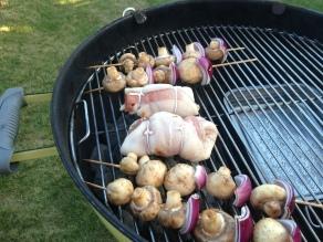 bak de kip mozzarella direct boven de kolen op de bbq