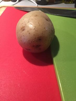 Leg een verhoog om de aardappel niet helemaal door te snijden.