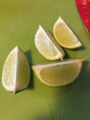 Snijd de limoen in partjes