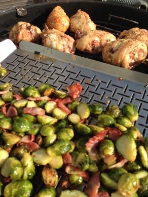 Bak de spruitjes, sjalotjes en spek af op de BBQ in een groetenkorf