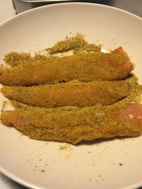 Wentel de kippenfilets in de dry rub