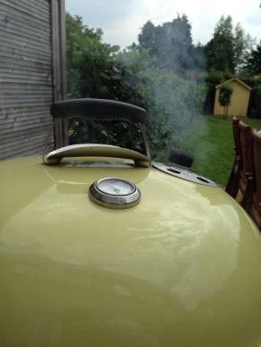 Gooi een handvol rooksnippers op de hete kolen