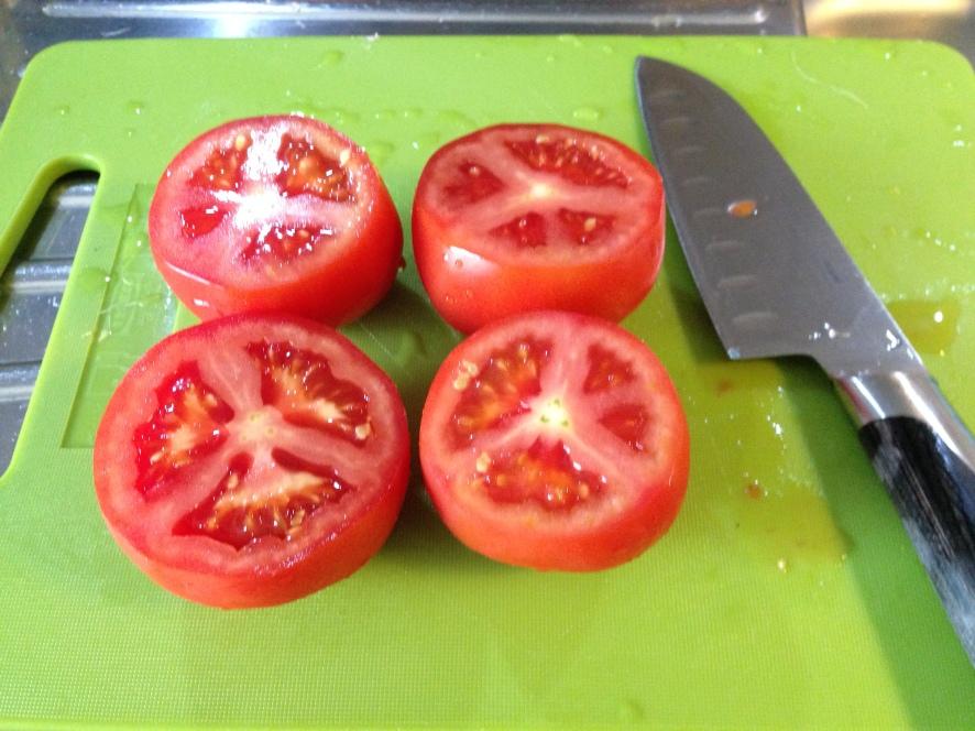 Gegerilde Tomaten, Halveer de tomaten horizontaal