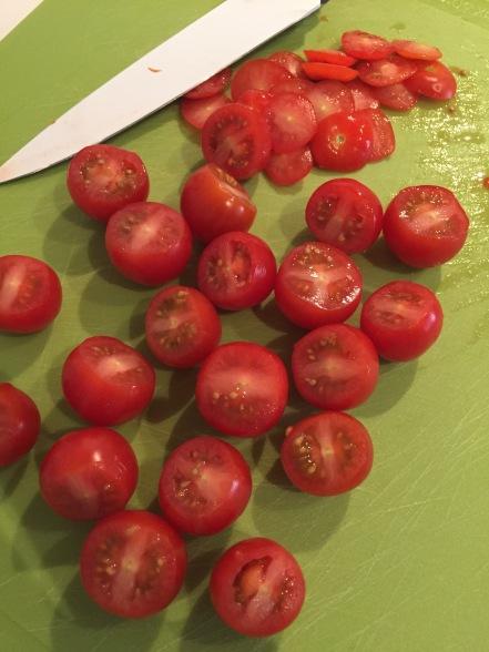 Snijd de 'top' van de tomaatjtes