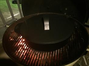 Plaats het deksel op de Dutch Oven en bak zo'n 10-15 minuten