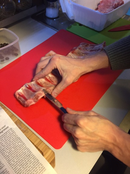 Ontdoe met een mes het vlies dat aan de bolle kant van het vlees zit