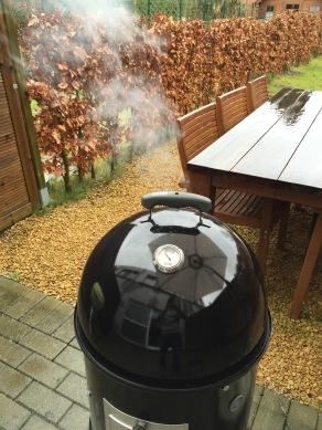 Wanneer de BBQ of smoker begint te roken mogen de ribbetjes op de BBQ