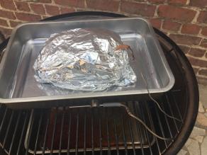 Verpak het vlees om verder te garen.